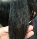 髪が膨らむから縮毛矯正かけたら右側だけザラザラする。